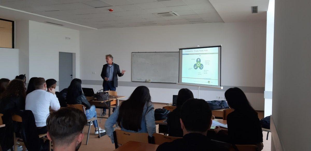 """Një profesor nga """"Van hall Halerstein"""" mbajti ligjëratë për studentët e FTU-së"""