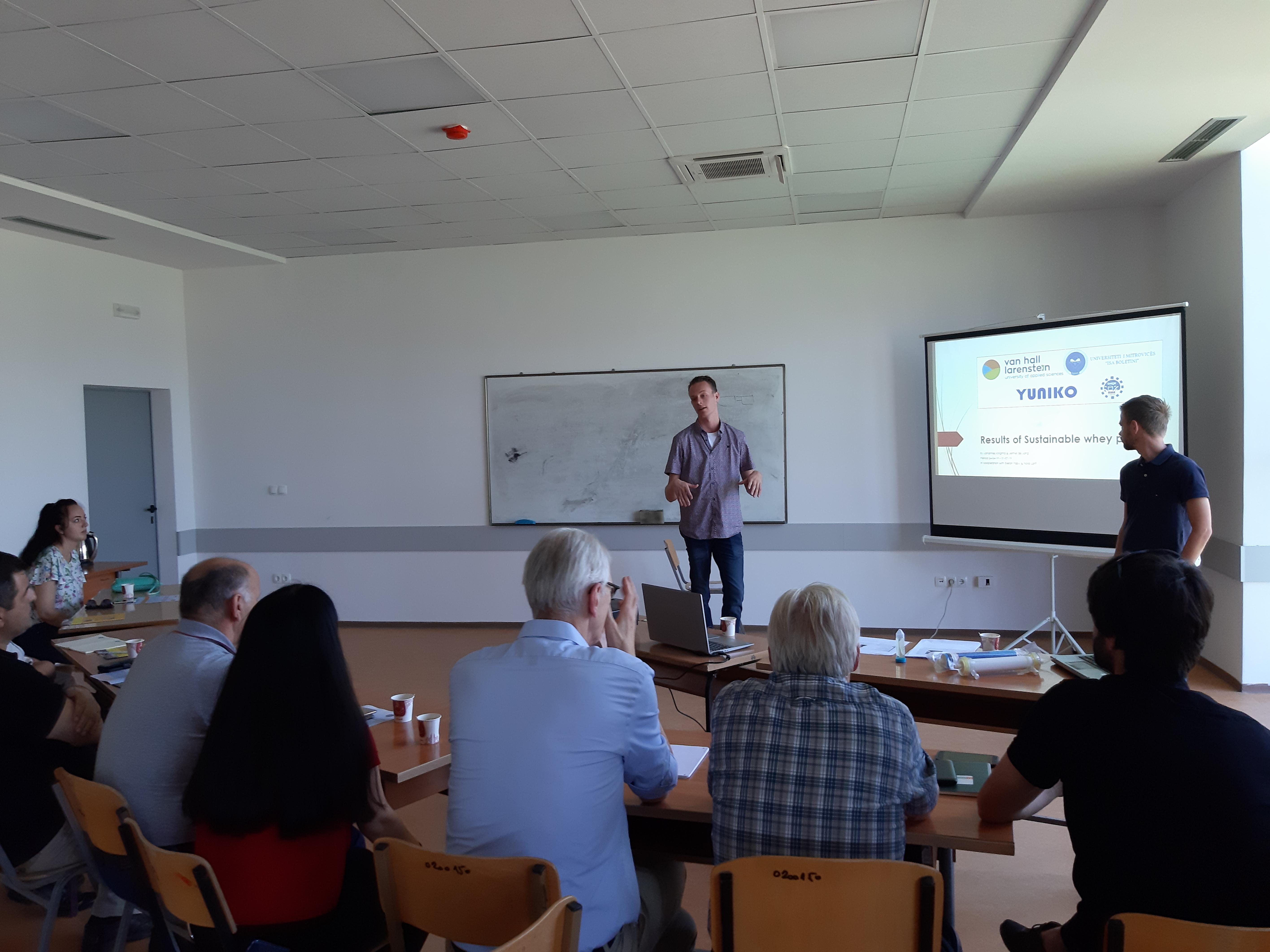 Dy studentë holandezë prezantuan hulumtimin për ujërat e  shkarkuara nga industria e qumështit