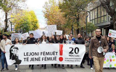 """Studentët Organizuan Marsh Për Të Shënuar """"Ditën Ndërkombëtare Për Të Drejtat E Fëmijëve"""""""