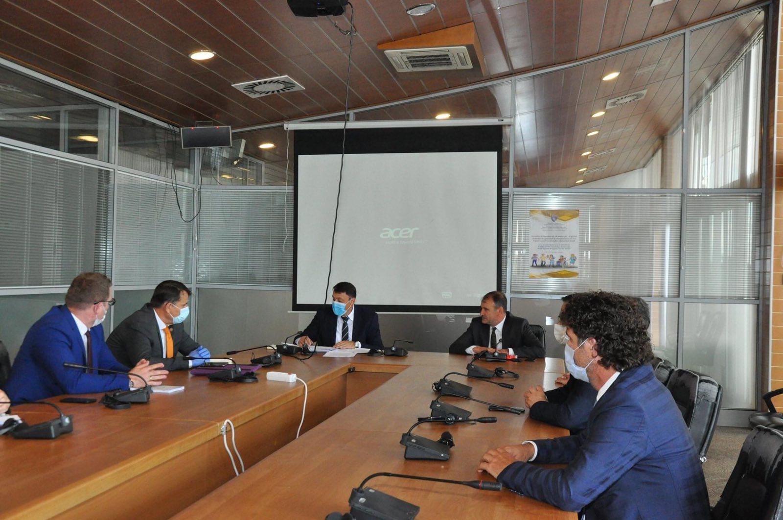 Ministri i Arsimit takoi rektorët e universiteteve publike
