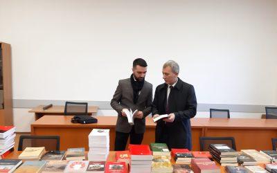 Instituti I Historisë Dhuroi 150 Libra Për Bibliotekën Universitare