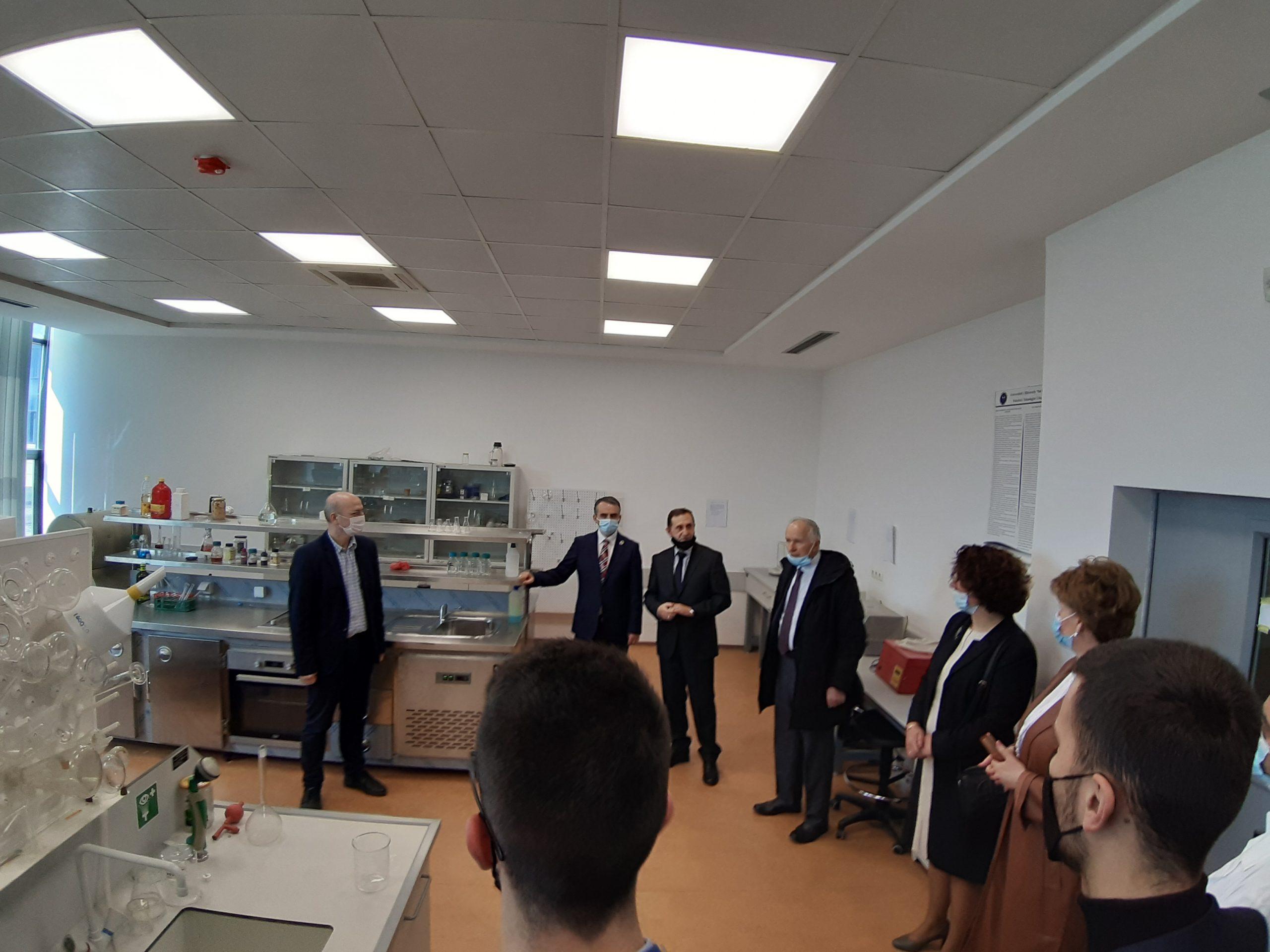 U përuruan pajisjet e reja në laboratorët e Fakultetit të Teknologjisë Ushqimore