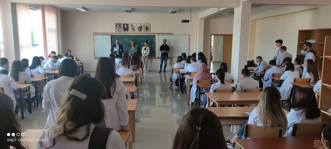 """Takime me maturantët e """"Mjekësisë"""" në Mitrovicë dhe ata të Shkollës Teknike Profesionale në Vushtrri"""